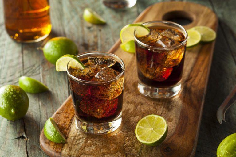 Z czym pić rum? Przepisy na drinki z rumem w roli głównej