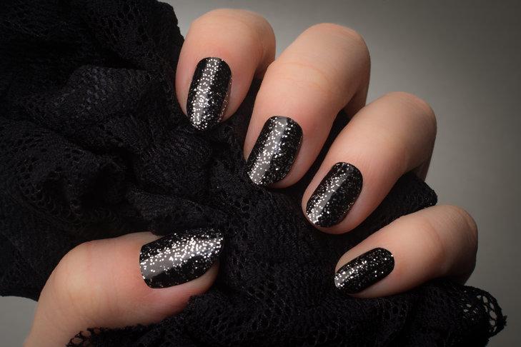 Czarne paznokcie z dodatkami – z brokatem, z cyrkoniami, z wzorami
